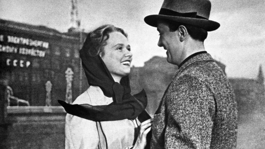 Нина Гребешкова и Олег Голубицкий в сцене из фильма «Испытание верности», 1954 год