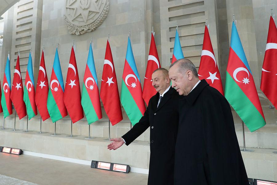 Президент Азербайджана Ильхам Алиев и президент Турции Реджеп Тайип Эрдоган во время военного парада вБаку, 10 декабря 2020 года