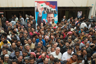 Участники конференции по примирению, в ходе которой боевики, согласившиеся на прекращение огня, и члены их семей получили документы, подтверждающие статус мирных граждан