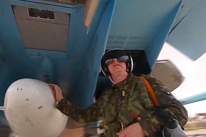 Пилот многофункционального бомбардировщика Су-34 перед вылетом с авиабазы Хмеймим в пункты постоянного базирования на территории России