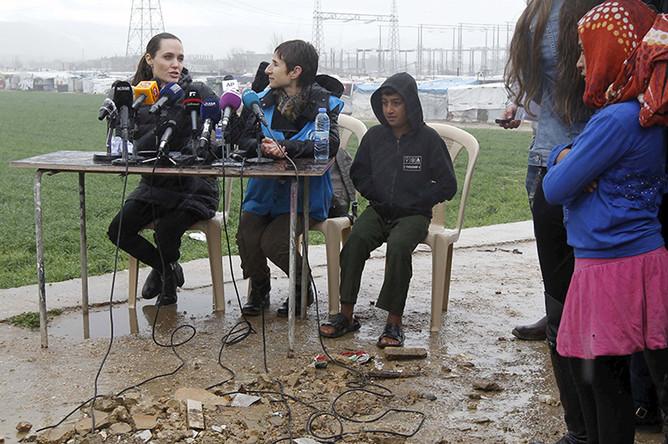 Анджелина Джоли встретилась с беженцами в долине Бекаа в Ливане