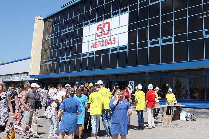 Рабочие «АвтоВАЗа», их родственники и жители Тольятти перед зданием компании
