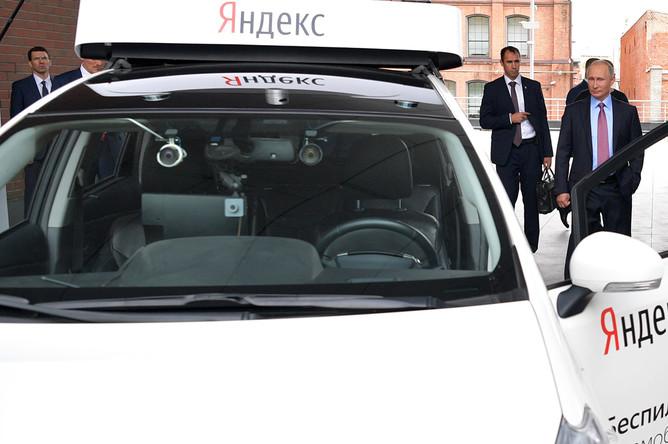 Владимир Путин и генеральный директор «Яндекс» Аркадий Волож во время демонстрации действующего прототипа беспилотного автомобиля в московском офисе компании, 21 сентября 2017 года
