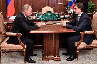 Владимир Путин и временно исполняющий обязанности губернатора Орловской области Андрей Клычков во время встречи, 5 октября 2017 года