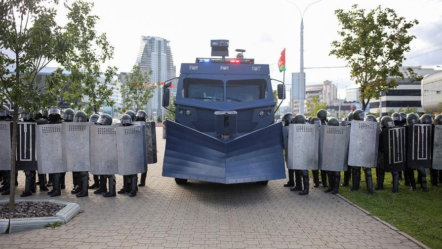 Сотрудники белорусских силовых структур и спецтехника во время оппозиционного «Марша героев» в Минске, 13 сентября 2020 года
