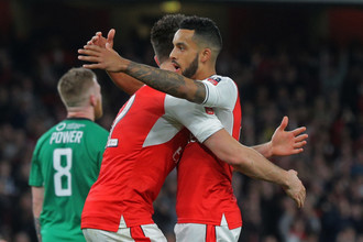 Нападающий «Арсенала» Тео Уолкотт празднует с Оливье Жиру гол в ворота «Линкольна»