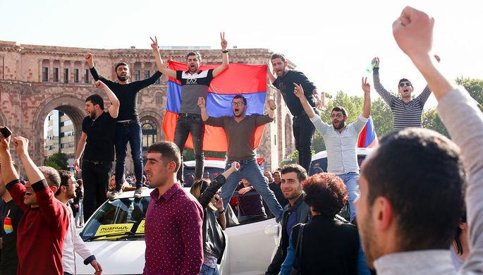 Празднование отставки премьер-министра Армении Сержа Саргсяна на площади Республики в Ереване, 23...