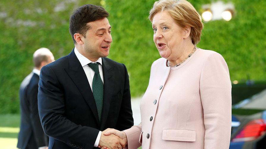 Зеленского пристыдили за черствость на фоне припадка Меркель