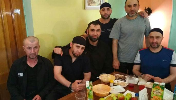 Заур Дадаев (второй слева)