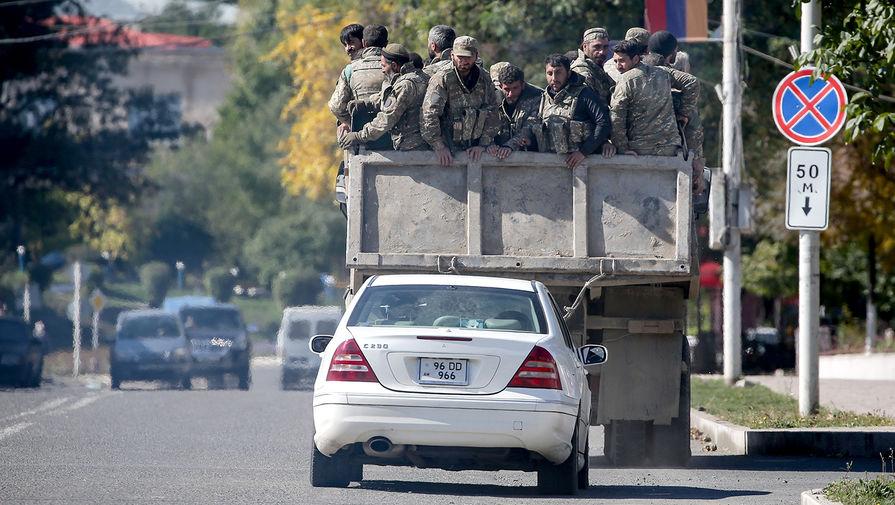 Военнослужащие на одной из улиц Степанакерта, 12 октября 2020 года
