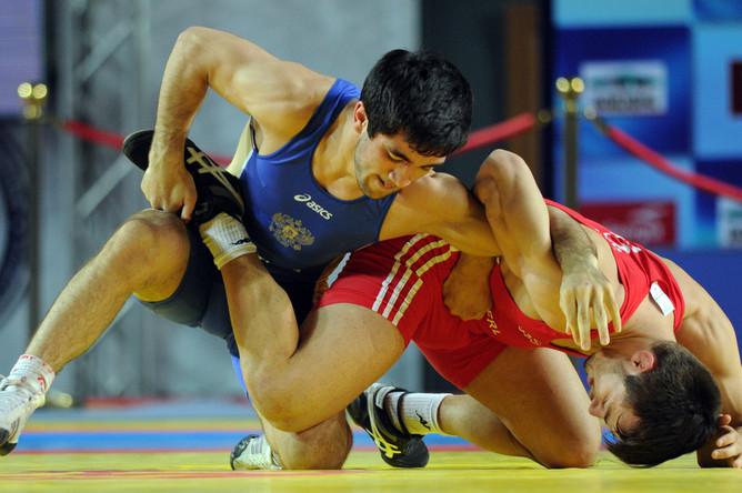 Ильяс Бекбулатов (в синем трико) выиграл бронзу в вольной борьбе до 66 кг