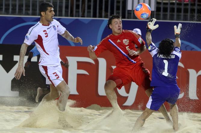 В первом матче Межконтинентального кубка — 2013 сборная России по пляжному футболу уступила Ирану в серии пенальти, но затем обыграла итальянцев.