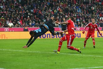 Марио Манджукич открывает счет в матче «Баварии» и «Гамбурга»