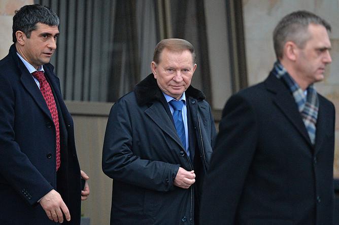 Экс-президент Украины Леонид Кучма (в центре), прибывший на переговоры контактной группы по Украине, в аэропорту города Минска