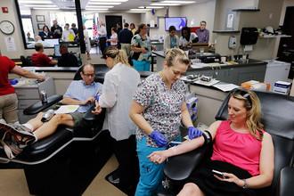 Доноры готовятся пожертвовать свою кровь, Чаттануга, штат Теннесси, США