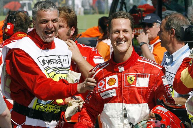 Михаэль Шумахер празднует завоевание 66-й поул-позишн на Гран-при в Сан-Марино