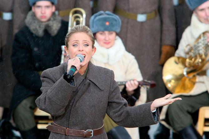 Юлия Началова во время выступления на театрализованном представлении, посвященном 63-й годовщине разгрома немецко-фашистских войск под Москвой, 2004 год