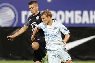 Нападающий «Зенита» Александр Кокорин (на переднем плане) в матче с «Тосно»