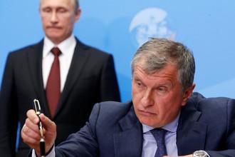 Президент России Владимир Путин и глава «Роснефти» Игорь Сечин на форуме ПМЭФ в Санкт-Петербурге, 2014 год