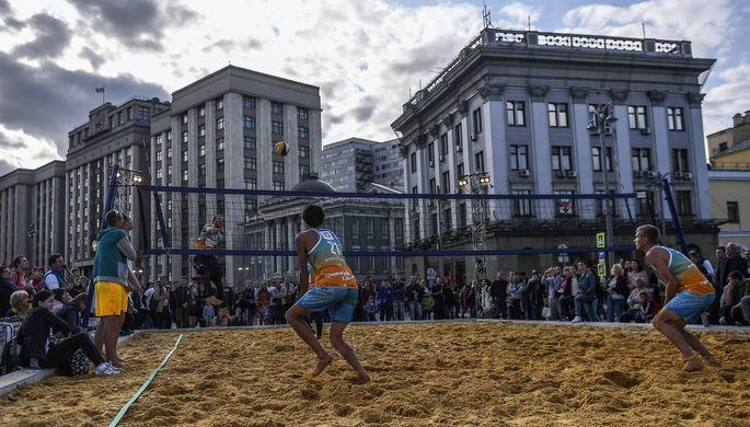 Пляжный волейбол во время празднования Дня города в Москве