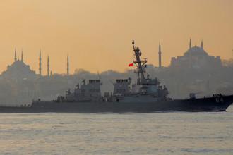 Эсминец ВМС США USS Carney в проливе Босфор на пути к Черному морю, 5 января 2018 года
