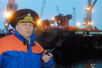 Вице-адмирал, начальник штаба Северного флота Михаил Моцак в доке ПД-50 судоремонтного завода в поселке Росляково, 22 октября 2001 года