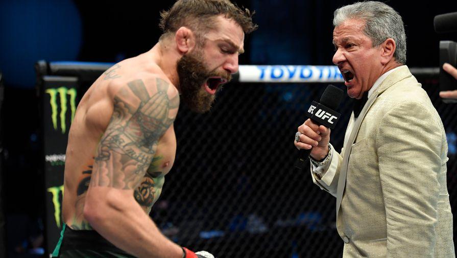 Американский боец Абсолютного бойцовского чемпионата (UFC) Майкл Кьеза (слева) и ринг-аннонсер Брюс Баффер
