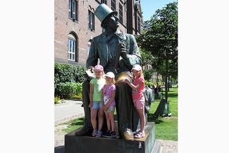 Дети рядом с памятником Хансу Кристиану Андерсену в Копенгагене