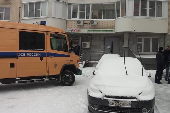 Сотрудники правоохранительных органов у места задержания участников террористической группы, готовивших серию терактов с использованием автоматов и взрывчатки в местах массового скопления людей, в Москве
