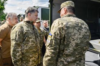 Петр Порошенко во время визита в Донбасс