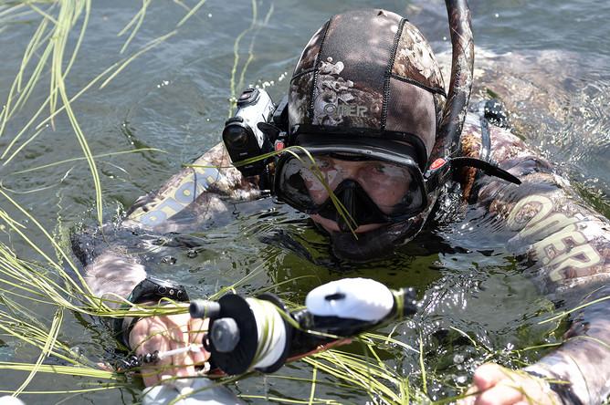 Президент России Владимир Путин во время подводной охоты на озерах в Туве в первых числах августа 2017 года