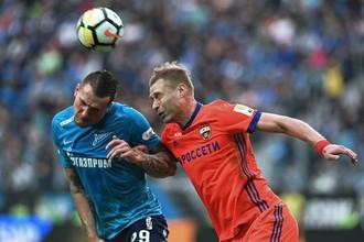 Игрок «Зенита» Антон Заболотный (слева) и игрок ЦСКА Алексей Березуцкий в матче 28-го тура чемпионата России по футболу.