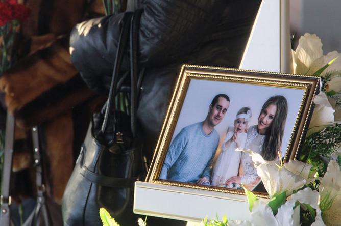 Фотография с изображением Игоря, Миланы и Анастасии Крамаренко, погибших в результате взрыва и обрушения в жилом доме в Магнитогорске, 4 января 2019 года