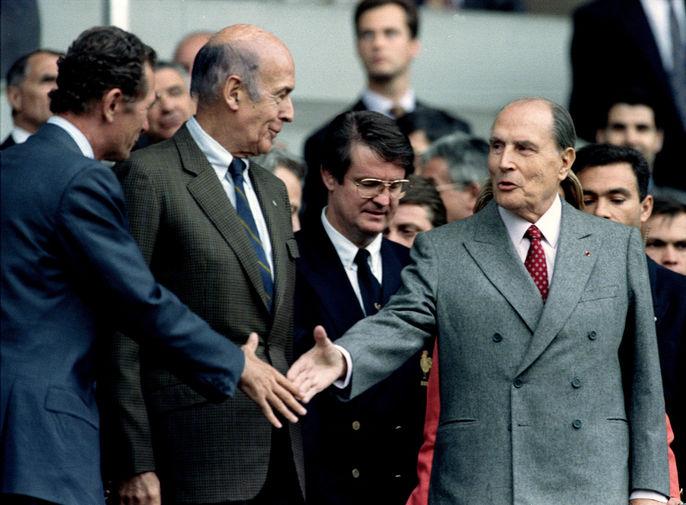 Мэр Тулузы Доминик Боди, лидер партии «Союз за французскую демократию» (UDF) Жискар д'Эстен и президент Франции Франсуа Миттеран на стадионе «Парк де Пренс» в Париже, 1994 год