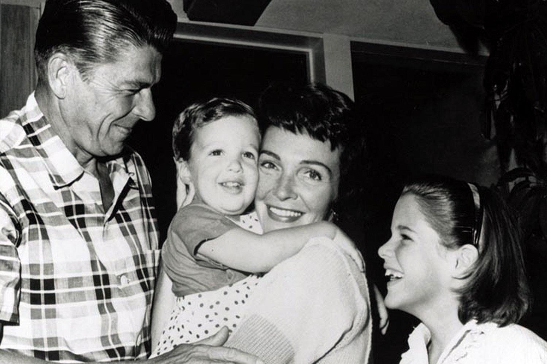 Рональд и Нэнси Рейган с сыном Роном и дочерью Патрицией, 1960 год