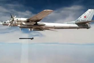 Самолет Ту-95 дальней авиации Военно-космических сил России наносит удар по объектам террористической группировки ИГ, скриншот видео 17 ноября 2015.