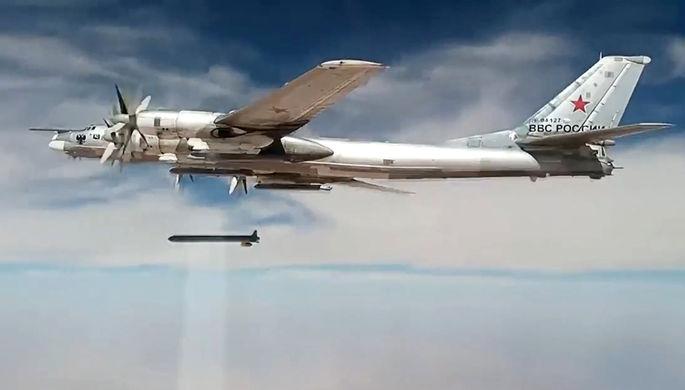 Самолет Ту-95 дальней авиации Военно-космических сил России наносит удар по объектам...