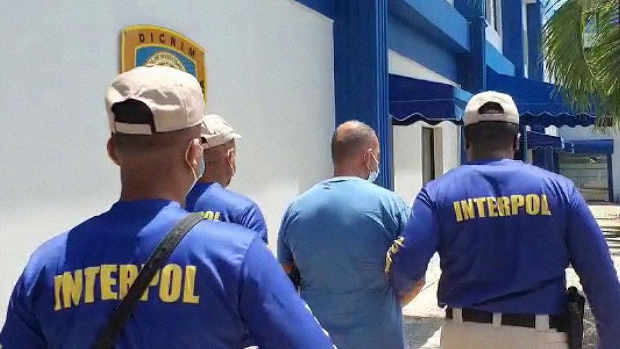 Офицеры Интерпола сопровождают Марка Ферена Клода Бьяра на курорте Бока-Чика в Доминиканской республике, 24 марта 2021 года
