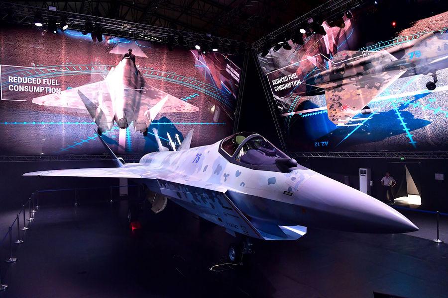 Прототип нового легкого многоцелевого однодвигательного истребителя пятого поколения впавильоне Chekmate навыставке Международного авиационно-космического салона МАКС-2021