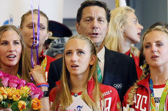 Президент Олимпийского комитета России Александр Жуков и российские синхронистки во время церемонии встречи в аэропорту Шереметьево спортсменов олимпийской сборной России