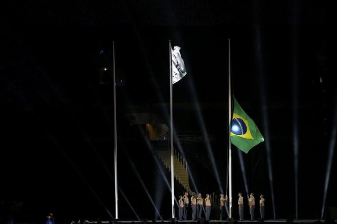 Флаги Бразилии и Международного паралимпийского комитета перед началом церемонии закрытия Паралимпийских игр — 2016 в Рио-де-Жанейро