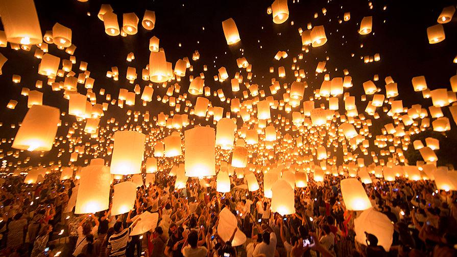 Фестиваль небесных фонариков в Чиангмае \ Фото: Vincent Thian/AP