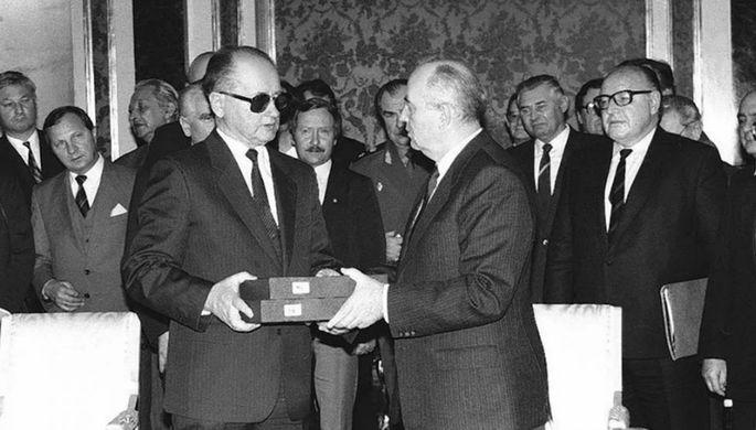 Михаил Горбачев передает Войцеху Ярузельскому копии документов о судьбах польских военнопленных, 1990 год