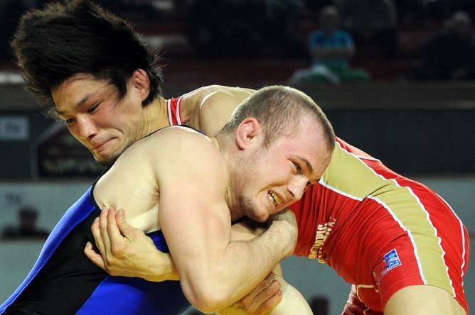 Опан Сат (в синем) в вольной борьбе стал чемпионом Европы в категории до 60 кг
