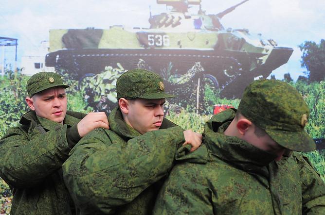 Призывники на территории призывного пункта Владимирской области перед отправкой на место прохождения службы, 2012 год