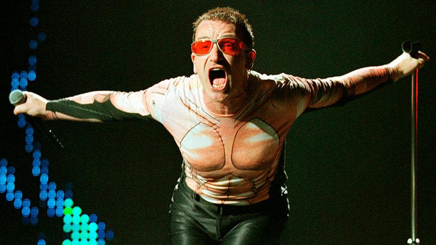 Боно во время выступления на Silverdome в городе Понтиак, Мичиган, 1997 год