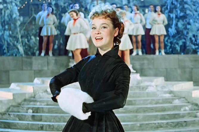 Песня «Пять минут» из новогодней комедии «Карнавальная ночь» (1956) стала визитной карточкой Людмилы Гурченко