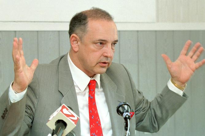 Известный российский предприниматель Артем Тарасов, получивший удостоверение кандидата в губернаторы, включился в активную предвыборную борьбу за пост губернатора Красноярского края, 2002 год