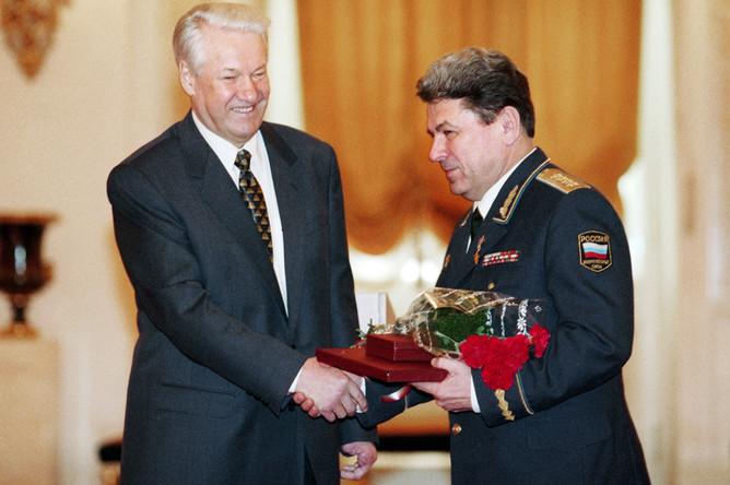 Москва. 29 декабря 1997 г. Президент РФ Борис Ельцин и генерал армии, главком ВВС Петр Дейнекин во время присвоения звания Героя Российской Федерации
