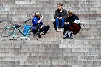Местные жители на ступенях кафедрального собора в Хельсинки